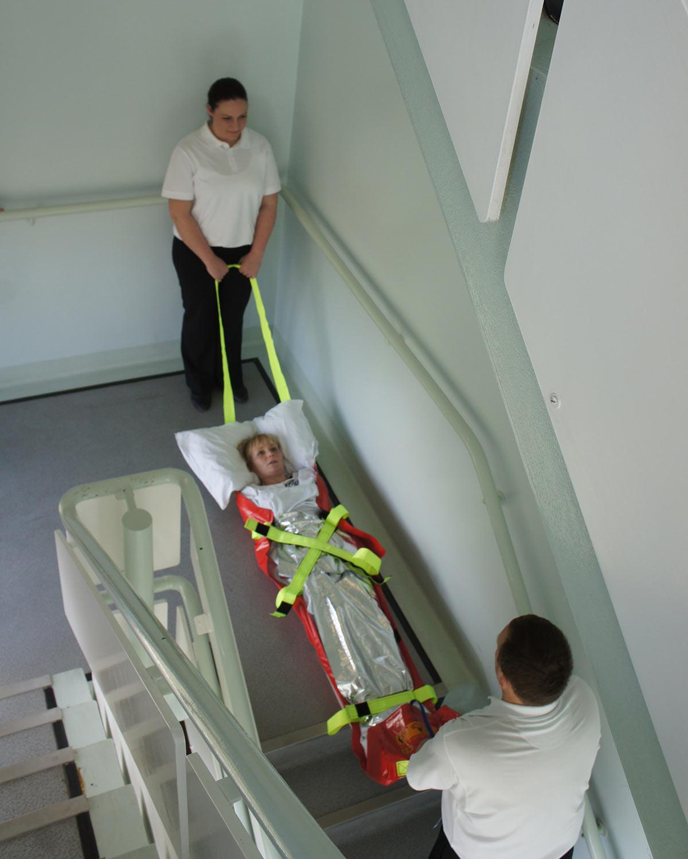 Evacuación de una persona por las escaleras con el AlbacMat con manta de aislamiento