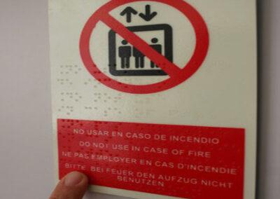 Pictograma no usar ascensor en caso emergencia