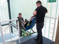 Bajando una escalera con la silla de evacuación EvacuSafe