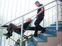 Bajando una persona por la escalera con la silla EvacuSafe