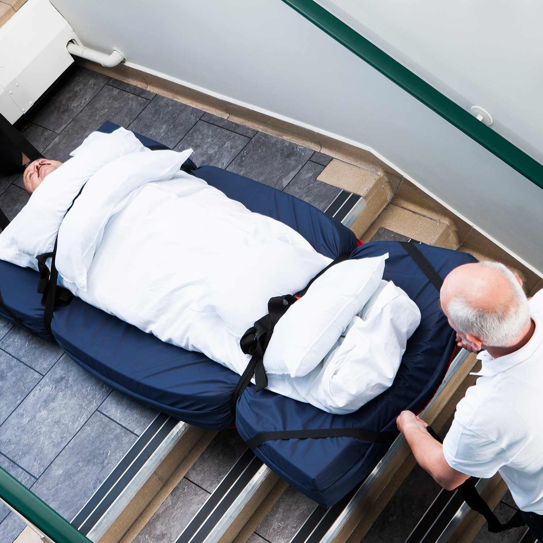 Bajando una escalera con la manta de evacuacion SkiSHeet