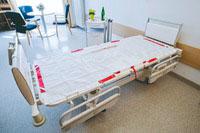 La manta de evacuación encima del sommier de una cama en hospital