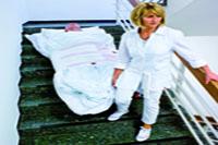 Bajando paciente hospital por escalera con la manta de evacuacón con Velcro