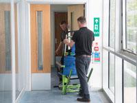 La silla de evacuación pasando una puerta