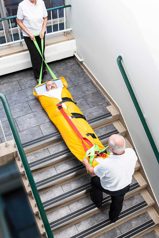 Bajando una persona en el colchon de evacuación ResQMat