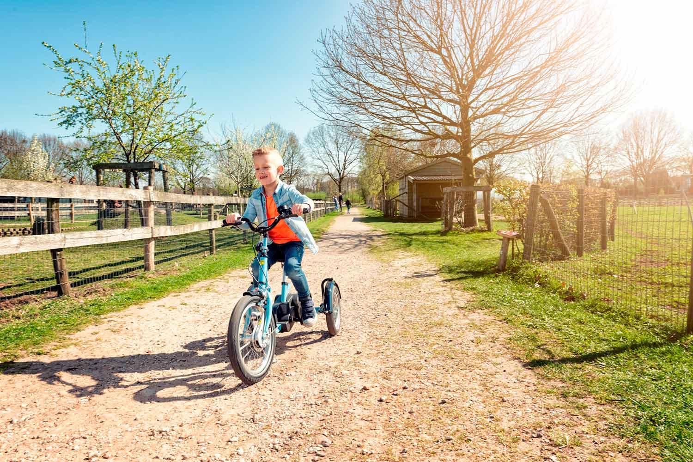 Niño sonriendo con su Triciclo de HUKA