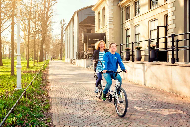 Bicicleta tandemo co-pilot con dos personas pedaleando